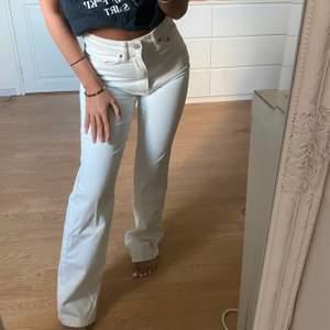 Populära weekday jean i modellen ROW, storlekarna finns på bilden , säljer då jag är 155 cm och tycker dom är lite för långa på mig💖💖 jag skulle själv beslriva färgen lite créme vit!💖