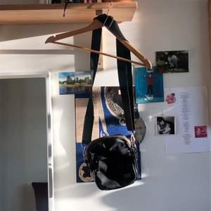 Populär sidoväska från Don Donna! I jättefint skick. Köparen får stå för frakt men jag kan även mötas i Uppsala! 🥰❤️