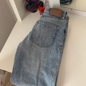 """Endast testade! Jeans från HM i modellen """"Vintage"""" sitter som ett par Mom Jeans.  Storlek 27 vilket motsvarar en S. Kan mötas eller skicka."""