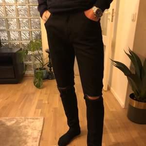 Säljer dessa sjukt snygga jeans med slitningar! I herrmodell🔥 buda