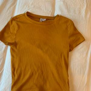 En orange t shirt/ topp (lite kortare än en t shirt) från HM🙌