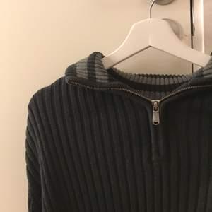 En trendig tröja med half sipper upptill och ribbad, är i st L så oversize på mig som har xs men funkar abslout så skulle säga att den passar abslout alla st både kille o tjej, buda (pris plus frakt)👊🏼👊🏼