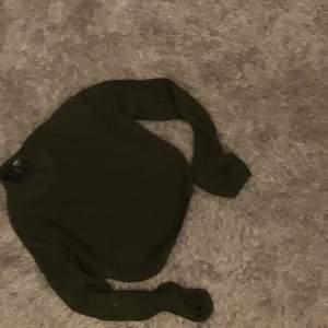 Jätte fin hm sweatshirt, Men det har en liten fläck på armen men det syns inte jätte mycket, nästan aldrig använd. Den kostade 150kr men säljer för 50kr. Köparen står för frakten.