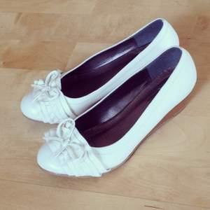 Fina skor med liten klack från Ellos. Använda en gång. Mycket bra skick!