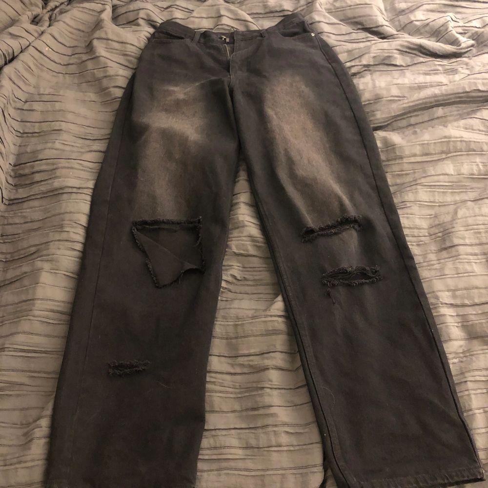 Skit snygga jeans med hål, jag säljer pågrund av att de är för stora för mig.. Jeans & Byxor.