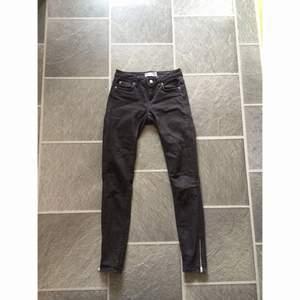 Svarta Kristen zip jeans från Gina tricot! Fint skick. Frakt 70kr✨