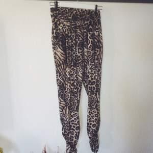 Jättesköna byxor i leo/tiger print. Har ett band framtill (bild 2) men det fyller ingen funktion direkt. Köpta på design only.
