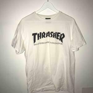 En vit Thrasher t-shirt med svart logga, OBS att den har ett hål i ena armhålan men som lätt kan lagas. Helst mötas i Göteborg men fraktning kan diskuteras 😊😊