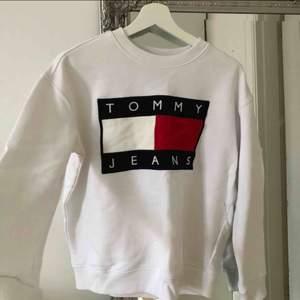 Äkta Tommy Hilfiger sweatshirt inköpt från ASOS för 1400kr Sparsamt använd passar XS-S