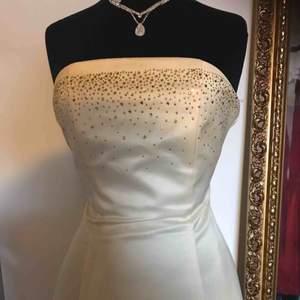 Jätte fin fest klänning/ aftonklänning i färgen gul med guldiga stenar på framsidan av bröstet