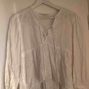Blus från Zara som passar perfekt till sommaren. Hyfsat bra skick. Frakten står köparen för!