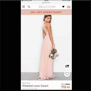 Jätte fin klänning rosa färg köpt från NLY för 899 kr, i baksidan så har den spets på ryggen det finns också slits. säljer den för 250 kr använd en gång helt ny & fin skick.  Finns i Västerås att hämta eller så betalar köparen frakt