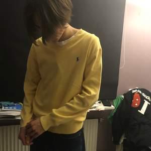 Ralph Lauren Tröja gul i bra skick. 200kr inklusive spårbar frakt.  Tveka inte att fråga om du undrar över nåt! :)