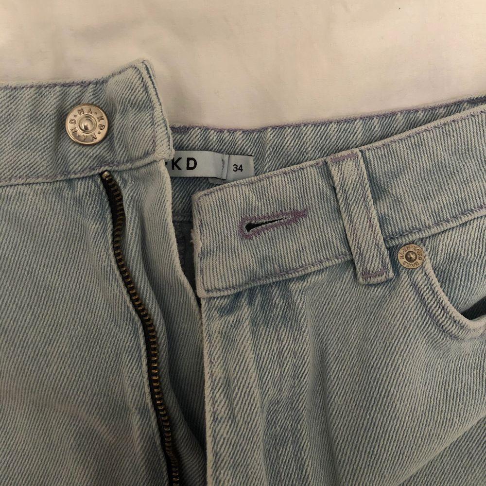 En lite längre kjol från Nakd, slutar strax innan knäna. Strl 34, aldrig använd✨ Kontakta vid fler bilder, köparen står för frakten 🚚. Kjolar.