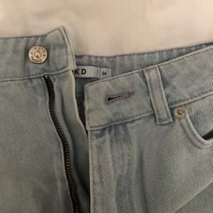 En lite längre kjol från Nakd, slutar strax innan knäna. Strl 34, aldrig använd✨ Kontakta vid fler bilder, köparen står för frakten 🚚