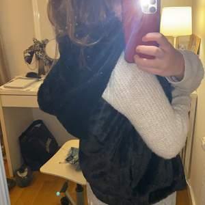 Säljer min snygga väst med skön päls på (fake) i stl xs, skön att ha över stickat eller hoodie med en stor luva. Buda! 🥰