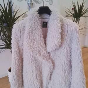 Cream färgad, jättemjuk, lätt och krullig faux fur jacka Sparsamt använd och är i väldigt bra skick 👌 Storlek 38 Finns i Västerås eller skickas mot fraktkostnad 🌸🌸🌸