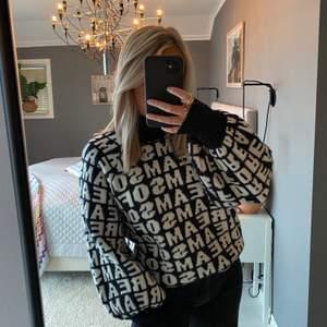 Supersnygg och skön stickad tröja med tryck över hela tröjan och med puffärmar. Storlek XS men passar S också 💕💕 buda!!