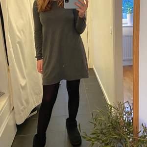 Säljer denna fina stickade klänning från VILA