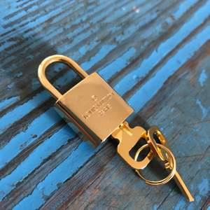 Ett guldigt lås från LV, har inget kvitto på dem för jag köpte två styckna second hand, därav det låga priset. Fungerar bra i alla fall, hur du nu vill använda dem. Priset som står gäller, och fraktkostnader tillkommer!