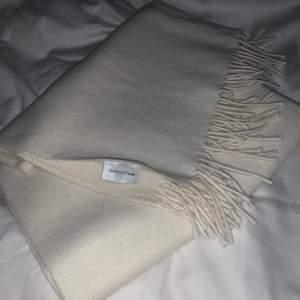 Gant Rugger, deras stora lyxiga ullhalsduk tillverkad i Italien. Denna är alltså större än en klassisk halsduk, storleksreferens är Acnes populära halsduk.