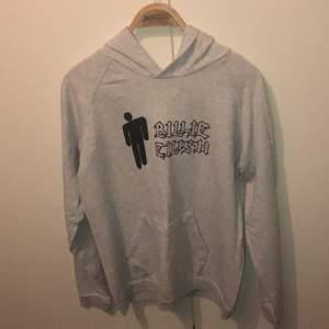 säljer denna Billie Eilish hoodie, den är i fint skick och storlek XS men skulle säga att den passar S också. Har inte använt den så många gånger och säljer den för att jag inte riktigt gillar Billie Eilish längre. Frakt kostar 63kr om du vill ha paketet spårbart och annars 22kr💕