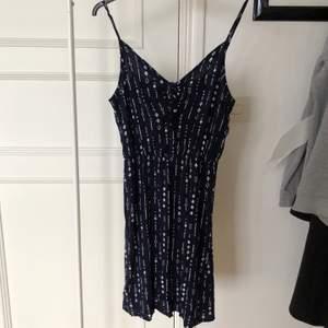 Mörkblå klänning från divided. Storlek small. Fint skick.