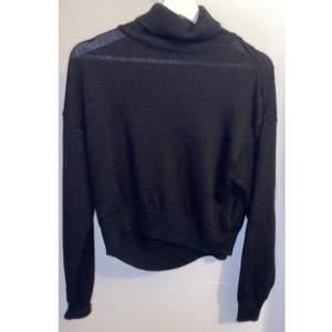 Stickad tröja från HM som jag använt 1 gång, kommer inte till användning drf säljer jag (väldigt tunn i materialet vilket jag gillar då den inte är för varm) köpt för 149