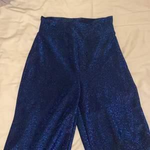 Ett par blå glittriga mjuka byxor köpta från bikbok. Änvända 2-3 gånger. Frakt 50kr