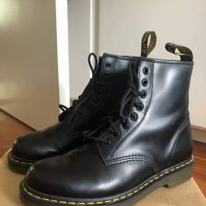 Klassiska svarta Dr. Martens i äkta läder! Storlek 42 men små i storlek, skulle snarare säga 41. Aldrig använda endast provade, nypris 1300kr säljs för 550! Kan mötas upp i Göteborg eller så står köparen för frakt