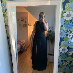 Svart lång finklänning med öppen rygg. Använd en gång.