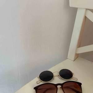 Två par solglasögon för 30kr styck, eller båda för 50kr. Fri frakt.