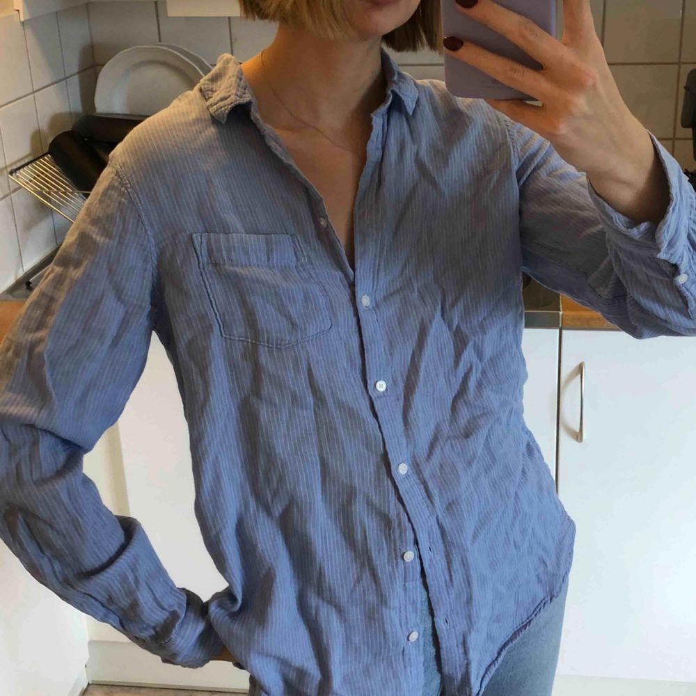 Tunn fin skjorta från H&M, använd en gång! . Skjortor.