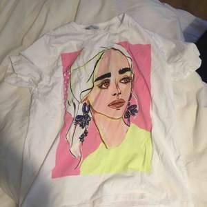 Frakt: 50kr , T-shirten är nästan helt ny har använt den 1 gång bara