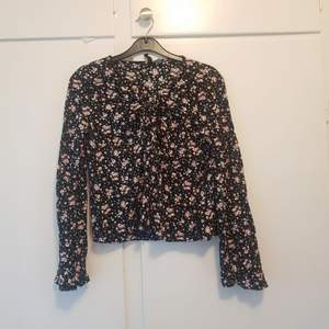 Höstig tröja i storlek 38 från H&M. Använd vid få tillfällen så är i superfint skick.