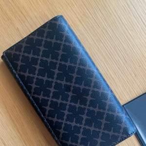 Lyxig plånbok från by Malene Birger, Walis i Dark Chocolate, Bredd: 19cm, Höjd: 11cm, Djup: 2cm. Nypris 1699kr Använd fåtal gånger, inga repor eller skador. Plats för 14 kort, separata fack för kvitton och mynt.