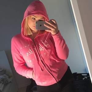 Jättesöt och skön hoodie med dragkedja från Hollister. Köpt i USA🇺🇸