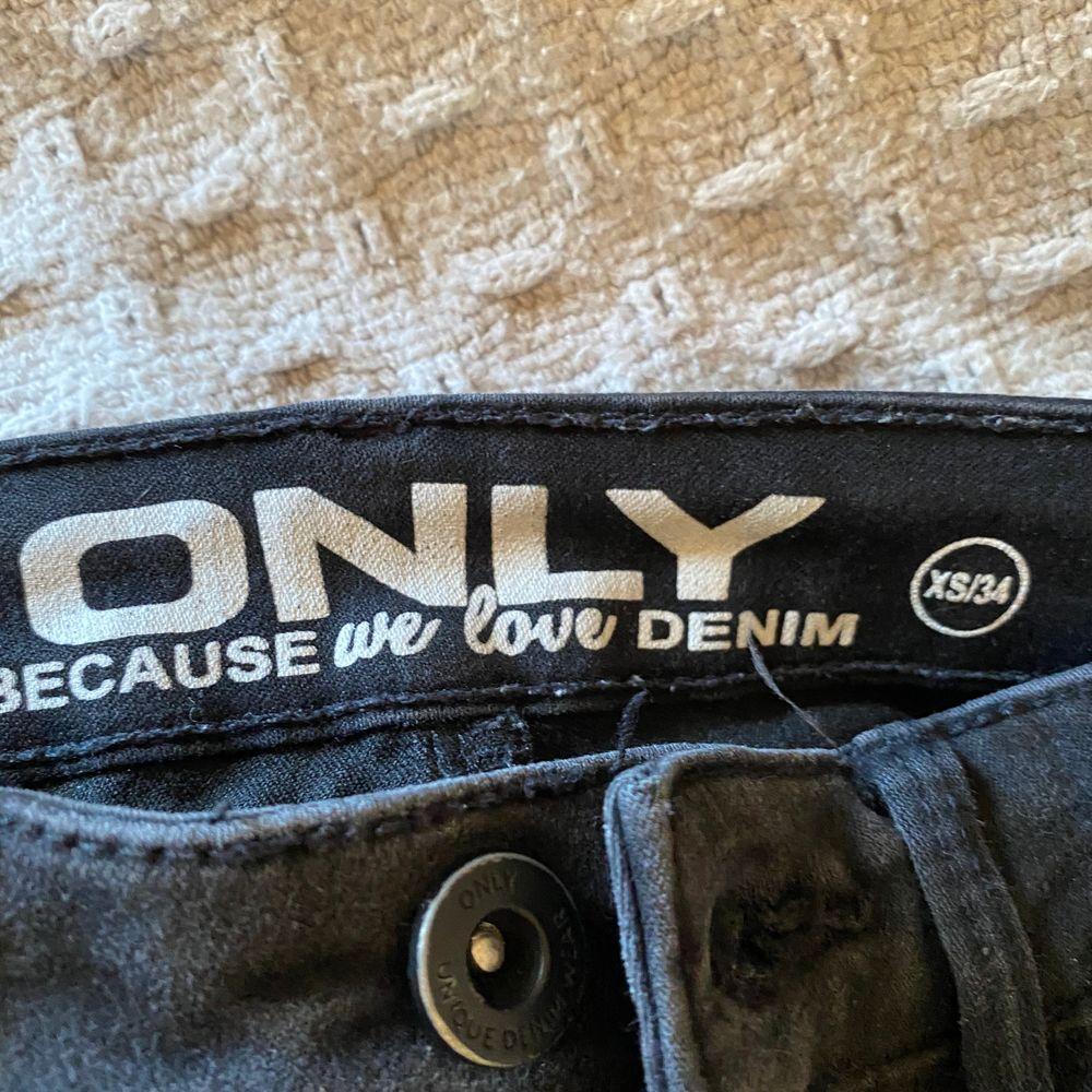 Säljer dessa snygga jeans från Only då dom tyvärr inte passar längre! I storlek XS/34 och är hyfsat långa i längden. På första bilden har jag vikit upp dom, jag är ca 165cm. Säljer för 220kr, frakt tillkommer 💕💕. Jeans & Byxor.