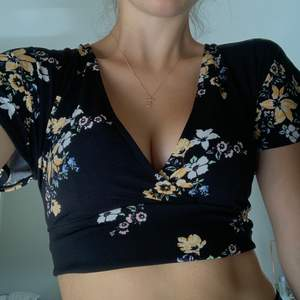 H&M black floral tie shirt, ties in the back! Never worn !! Bought for 350 kr !! Size small