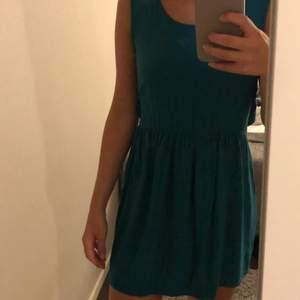 Grön/blå klänning från Mango med en knytning på ryggen,  storlek xs använd 1 gång