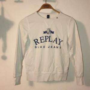 Helt ny Replay tröja endast testad. Säljer på grund utav att den inte kommer till användning, Den har legat i garderoben ett tag där av lite skrynklig ( osäker på storleken men jag brukar ha XS S och den passar mig)