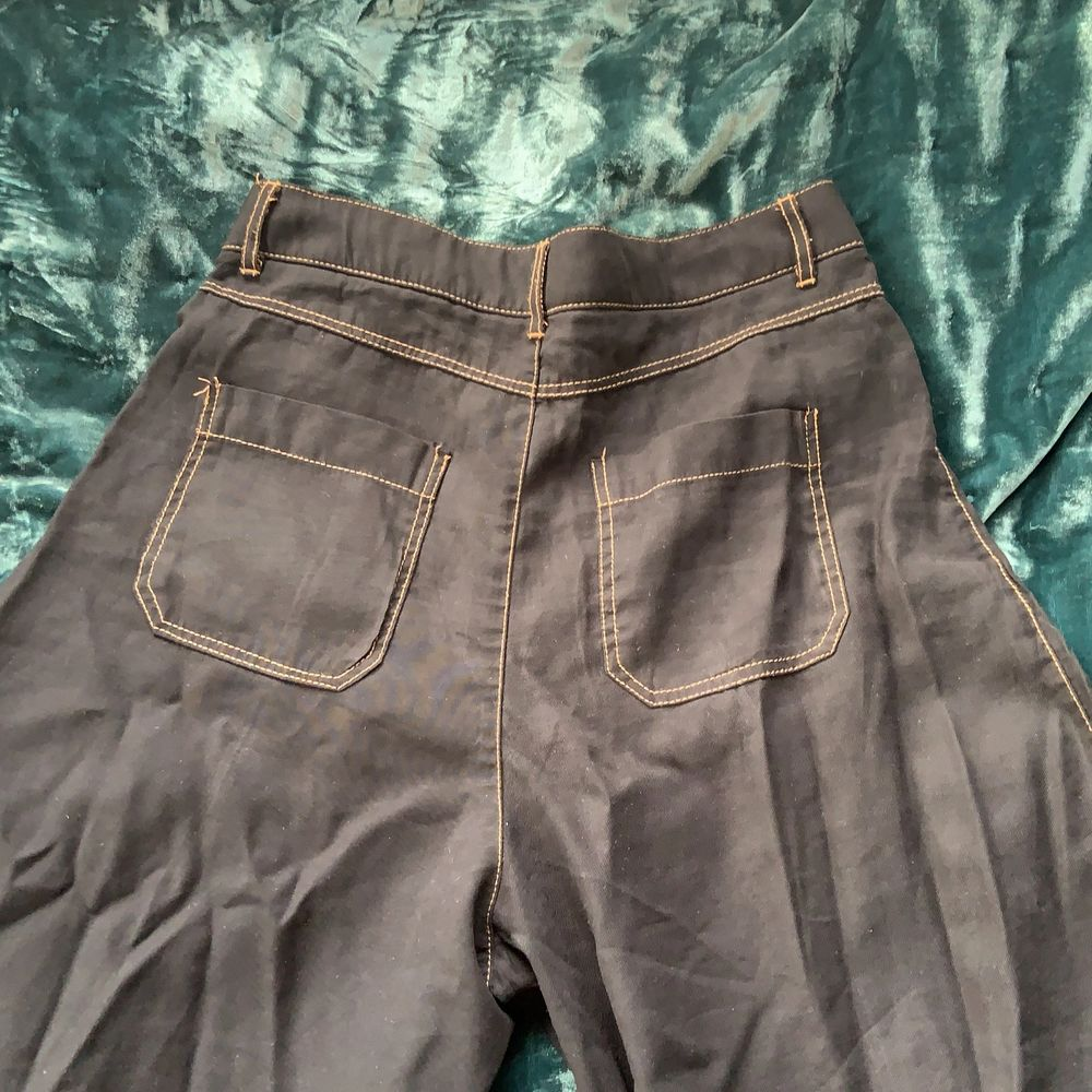 Jätte sköna byxor från zara. Modellen är wide leg och byxan slutar vid vaden på mig som är 1,70 (modellen är kort) . Jeans & Byxor.