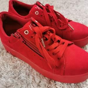 Ett par röda skor med lite högre sula. Super snygga och en snygg detalj till outfiten. Använda ca 2 gånger och är i nyskick❤️ 50kr+frakt🥰