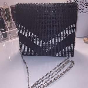 Säljer denna väska Oanvänd Alla glitter stenar är kvar! Inköpt: 600kr Mitt pris: 150kr IG bloppis_jaoo