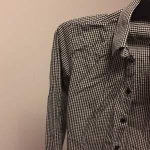 Stilig skjorta säljs pga vuxit ur