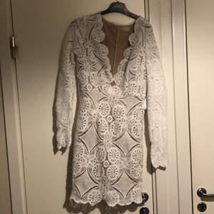 En spets klänning från Nelly