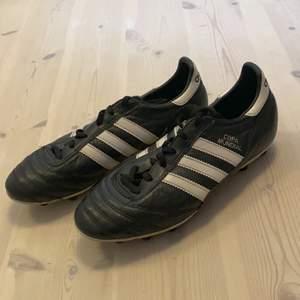 Fotbollsskor från adidas i skinn , vita & svarta
