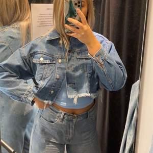Säljer denna jeans jacka från Gina storlek M/L. 300 kr + frakt 79kr