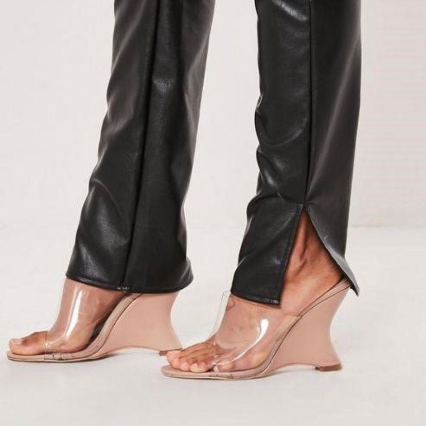 Mina fina helt oanvända skinnbyxor från MissGuided i storlek 38. Säljer dem för att jag inte tyckte om modellen på mig! Toppskick!. Jeans & Byxor.