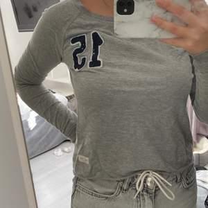 En grå skön tröja från Lager 157, har ett blått tryck och är i storlek Xs. Använd några gånger men är i bra sick.